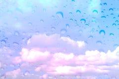 蓝色与覆盖物雨珠的云彩天空不可思议的幻想颜色 库存照片