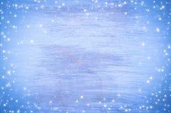 蓝色与雪花的被绘的木背景 抽象空白背景圣诞节黑暗的装饰设计模式红色的星形 免版税库存图片