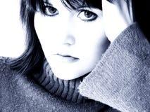 蓝色严重的女孩纵向青少年的口气 免版税图库摄影
