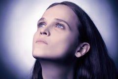 蓝色严重的眼睛妇女年轻人 免版税图库摄影