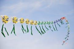 蓝色中国五颜六色的风筝天空字符串 免版税图库摄影