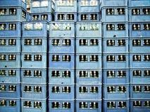 蓝色中国啤酒条板箱 库存照片