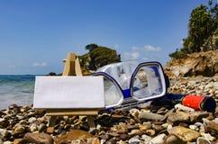 蓝色为潜航或游泳和旅行活动概念的白色帆布使用Google在海滩晴天 库存照片