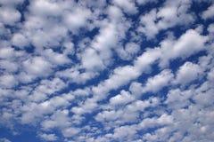蓝色云彩使美妙的天空环境美化 库存照片