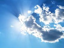 蓝色云彩光芒天空星期日 免版税图库摄影