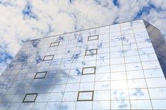 蓝色云彩和太阳在杯被反射一个现代大厦的窗口 正确的看法 免版税库存图片