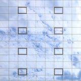 蓝色云彩在杯被反射一个现代大厦的窗口 背景 免版税库存照片