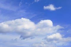 蓝色云彩平面天空 免版税库存照片
