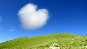 蓝色云彩心形的天空 免版税库存照片