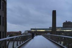 蓝色五颜六色和镇静走在千年桥梁的秋天早晨和人 库存照片