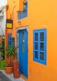 蓝色五颜六色的房子santorini视窗 库存图片