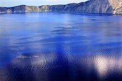 蓝色五颜六色的火山口湖俄勒冈反映&# 免版税库存图片