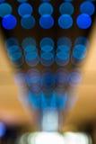 蓝色五颜六色的行bokeh背景 图库摄影