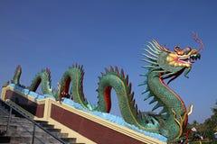 蓝色五颜六色的龙天空雕象 免版税库存图片