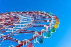 蓝色五颜六色的ferris天空轮子 免版税库存图片