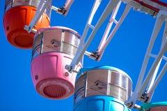 蓝色五颜六色的ferris天空轮子 免版税库存照片
