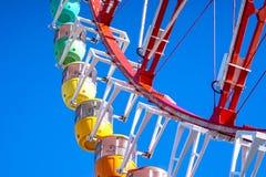 蓝色五颜六色的ferris天空轮子 免版税图库摄影