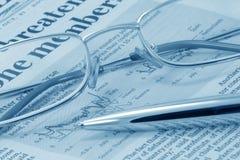 蓝色企业玻璃笔新闻定了调子 免版税图库摄影