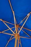 蓝色伞 库存图片