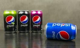 蓝色传统罐头百事可乐 在背景中,偶象品牌的其他类型:野黑樱桃,石灰和最大 免版税图库摄影