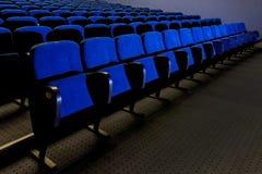 蓝色位子在剧院 库存照片