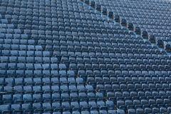 蓝色位子的样式在体育场内 库存照片
