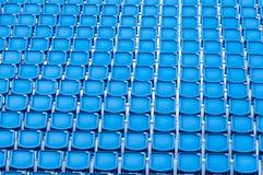 蓝色位子行在体育场内 免版税库存照片