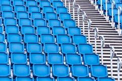 蓝色位子行在体育场内 免版税图库摄影
