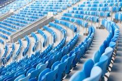 蓝色位子行在橄榄球场的 所有的方便开会 库存图片
