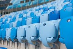 蓝色位子行在橄榄球场的 所有的方便开会 免版税库存图片