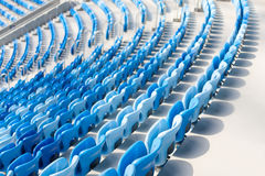 蓝色位子行在橄榄球场的 所有的方便开会 图库摄影
