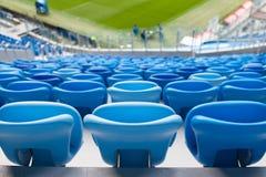 蓝色位子行在橄榄球场的 所有的方便开会 免版税库存照片