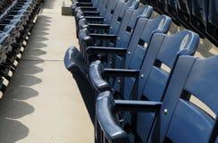 蓝色体育场位子空的行  免版税库存照片