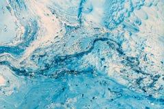 蓝色使有大理石花纹的纹理 与被绘的抽象油的创造性的背景挥动,手工制造表面 免版税库存照片