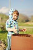 蓝色使用的儿童女孩与水桶在晴天 水经济和自然关心概念 免版税库存照片