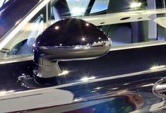 蓝色保时捷系列Panamera Se杂种豪华spo后视镜  库存照片