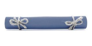 蓝色信件卷栓与绳子,被隔绝的两把自然弓 免版税库存照片