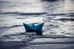 蓝色偏僻的纸小船 免版税图库摄影