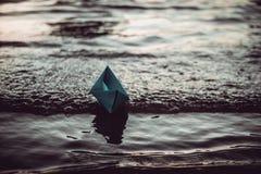 蓝色偏僻的纸小船 免版税库存图片