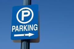 蓝色停车符号 库存照片