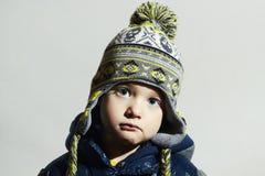 蓝色儿童眼睛 方式孩子 冬天盖帽的时兴的小男孩 免版税库存照片