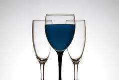 蓝色充分的玻璃液体酒 免版税图库摄影