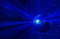 蓝色光反射迪斯科球通过烟 免版税图库摄影