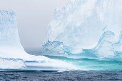 蓝色光和冰山 库存照片