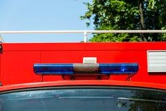 蓝色光和警报器在消防车 库存照片