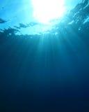 蓝色光芒星期日水 免版税图库摄影
