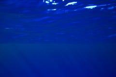 蓝色光芒晒黑水 库存图片