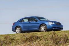 蓝色克莱斯勒Sebring轿车 免版税图库摄影