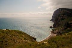 蓝色克里米亚小山横向赤裸天空 从山的高度的看法对海岸的 库存照片