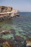 蓝色克里米亚小山横向赤裸天空 海角Tarhankut岩石海岸  库存图片